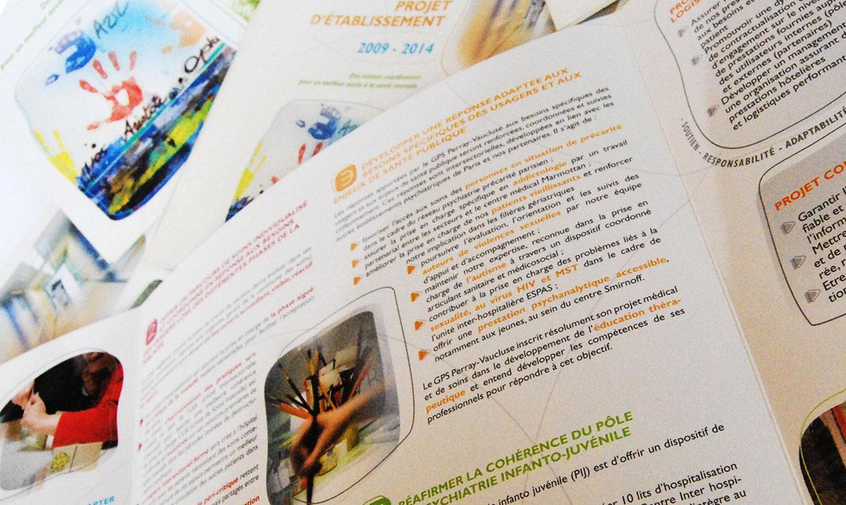 Infographiste indépendant, création et mise en page de plaquettes commerciales 4 volets établissement de santé