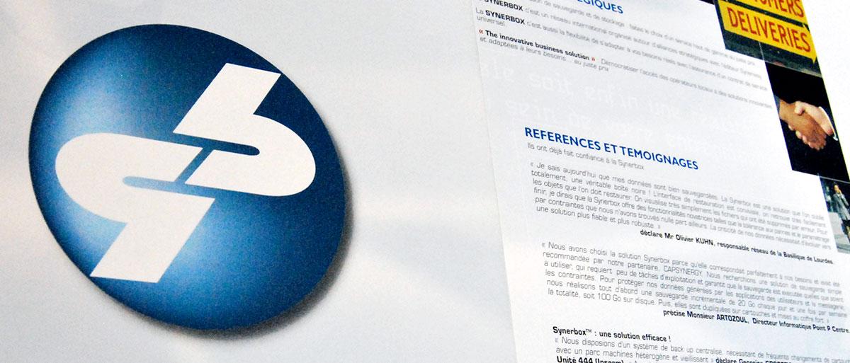 Infographiste indépendant, création et mise en page de plaquettes commerciales dépliant 3 volets, ordinateurs